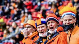 Para Suporter Belanda memberi dukungan saat Belanda menghadapi Latvia dalam laga Kualifikasi Piala Dunia 2022 Zona Eropa Grup G di Johan Cruijff Arena, Amsterdam, Sabtu (27/3/2021). Belanda menang 2-0 atas Latvia. (AFP/Remko de Waal/ANP)