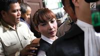 Roro Fitria berjalan keluar seusai menjalani sidang lanjutan kasus dugaan penyalahgunaan narkotika di PN Jakarta Selatan, Jakarta, Kamis (5/7). Roro terlihat menangis ketika persidangan berakhir dan di saat ia bangun dari bangku pesakitan. (Liputan6.com/I