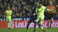 Gelandang Barcelona, Lionel Messi, berebut bola dengan gelandang Levante, Ruben Rochina, pada laga La Liga di Stadion Ciutat de Valencia, Valencia, Minggu (16/12). Levante kalah 0-5 dari Barcelona. (AFP/Jose Jordan)