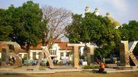Alun-alun kota lama Pekalongan menjadi salah satu destinasi wisata keluarga di akhir pekan.