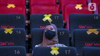 Penonton menyaksikan film di Studio 1 CGV Blitz Bella Terra, Pulomas, Jakarta, Rabu (10/2/2021). CGV Indonesia menawarkan layanan sewa studio bioskop untuk menikmati seni dan budaya secara ekslusif tanpa kehadiran orang asing. (Liputan6.com/Johan Tallo)