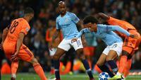 Pemain Manchester City, Leroy Sane berebut bola dengan pemain Lyon saat bertanding pada matchday pertama Grup F Liga Champions di Stadion Etihad, Manchester, Rabu (19/9). City menelan kekalahan 1-2 dari Lyon. (AP Photo/Dave Thompson)
