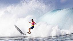 Peselancar Afrika Selatan, Jordy Smith terjatuh saat mengikuti kejuaraan hari pertama Tahiti Pro 2019 di Teahupoo, Tahiti (24/8/2019). Tahiti Pro 2019 diikuti oleh  36 peselancar dunia. (AFP Photo/Brian Bielman)