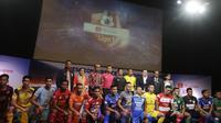 Para pemain perwakilan klub foto bersama saat Peluncuran Shopee Liga 1 di SCTV Tower, Jakarta, Senin (13/5). Sebanyak 18 klub akan bertanding pada Liga 1 mulai tanggal 15 Mei. (Bola.com/Vitalis Yogi Trisna)