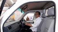 Presiden Joko Widodo atau Jokowi Disopiri Menteri Perindustrian Airlangga Hartarto menjajal mobil Esemka. (Biro Pers Setpres)