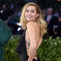 Penyanyi dan artis Hollywood, Miley Cyrus menghadiri ajang Met Gala 2018 di Metropolitan Museum of Art New York, Senin (7/5). Pada kesempatan itu,  Liam Hemsworth tampak tak mendampingi Miley Cyrus di Met Gala 2018. (Evan Agostini/Invision/AP)