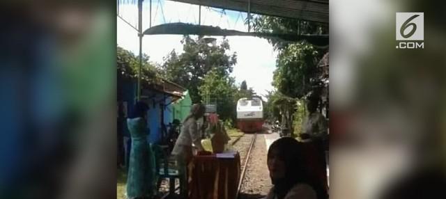 Beredar rekaman video kereta api balik arah akibat sebagian jalan rel digunakan untuk acara pernikahan.