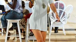 Model Gigi Hadid berjalan sambil berjinjit tanpa alas kaki di runway membawakan busana rancangan Marc Jacobs untuk musim semi 2020 di New York Fashion Week 2019 di Park Avenue Armory, New York City (11/9/2019). (AFP Photo/Slaven Vlasic)