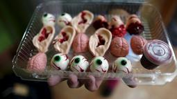 Permen - permen berbentuk organ tubuh manusia ini dikemas dan nantinya dijual di kota Meksiko, Jumat (30/10/2015). Nama tempat pembuat permen ini bernama Zombie Gourmet yang berada dipinggirian kota Meksiko. (REUTERS/Carlos Jasso)
