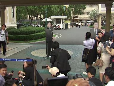 Papan kartu (cardboard) bergambar Perdana Menteri (PM) Thailand, Prayuth Chan-o-cha di depan mikropon dalam konferensi pers di Bangkok, Senin (8/1). PM Prayuth memasang sejumlah replika bergambar dirinya demi menghindari pertanyaan wartawan. (TPBS via AP)