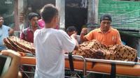 Jenazah meninggal akibat pesta miras oplosan, warga Pacar Keling Gang 4 Tambaksari, Surabaya, Minggu (22/4/2018). Foto: (Abidin/Suarasurabaya.net)