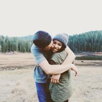 Dia adalah salah satu orang yang paling mengenalmu, jadi tidak ada salahnya jika kamu jatuh cinta sama sahabat sendiri. (Foto: thoughtcatalog.files.wordpress.com)
