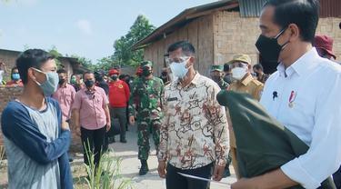 Presiden Jokowi Memberikan Jaket ke Warga