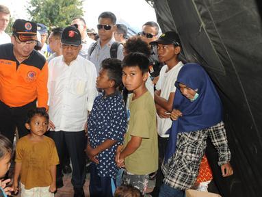 Wakil Presiden Jusuf Kalla, Kepala BNPB Willem Rampangilei (tengah) dan Sekretaris Jenderal PBB Antonio Guterres (kiri) menemui korban gempa dan tsunami Palu di Sulawesi Tengah, Jumat (12/10). (Liputan6.com/HO/Tim Media Wapres)