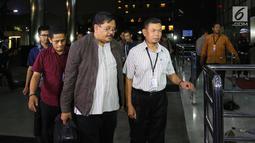 Kepala Dinas Pekerjaan Umum dan Penataan Ruang (PUPR) Tulungagung, Sutrisno (tengah) saat tiba di Gedung KPK, Jakarta, Kamis (7/6). Sutrisno bersama tiga orang lainnya tiba di KPK untuk menjalani pemeriksaan. (Liputan6.com/Herman Zakharia)
