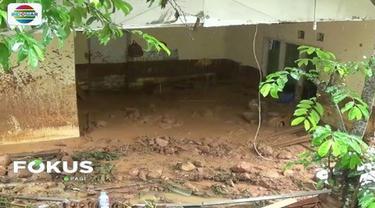 Banjir bandang di Tasikmalaya renggut 5 korban jiwa, 1 orang masih dicari. Bahkan 2 bocah nyaris kehilangan nyawa lantaran tertimbun lumpur.