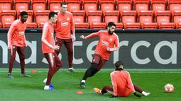 Luis Suarez bersama pemain Barcelona lainnya mengikuti sesi latihan jelang menghadapi Liverpool pada leg kedua semifinal Liga Champions di Stadion Anfield, Liverpool, Inggris, Senin 6 Mei 2019. (Peter Byrne/PA via AP)