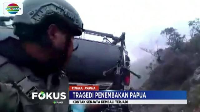 Aparat Brimob yang sedang bergerak melakukan pencarian empat karyawan Istaka Karya mendapat tembakan dari arah bukit Yigi.