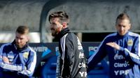 Lionel Messi mengikuti sesi latihan bersama timnas Argentina di Buenos Aires, Argentina, Rabu (23/5). Argentina mempersiapkan diri menghadapi pertandingan persahabatan melawan Haiti pada 29 Mei menjelang Piala Dunia 2018. (AP/Victor R. Caivano)