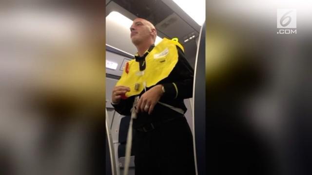 Pramugara Spirit Airlines sampaikan instruksi keselamatan dengancara unik.