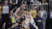 Aksi Stephen Curry (Kanan) saat Warriors hajar Pacers di ajang NBA (AP)