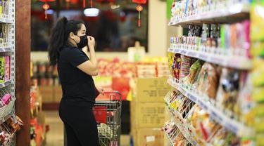 Warga keturunan Asia berbelanja di sebuah pasar swalayan di Los Angeles, California. (Xinhua/Li Ying)