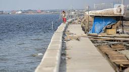 Aktivitas anak-anak di kawasan Cilincing, Jakarta, Selasa (2/8/2021). Lembaga Antariksa Amerika Serikat (NASA) memperkirakan wilayah Jakarta bagian Utara akan tenggelam akibat kenaikan permukaan air laut imbas pemanasan global dan pencairan lapisan es. (Liputan6.com/Faizal Fanani)