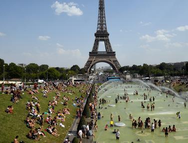 Berendam di Kolam Menara Eiffel