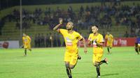 Pemain Sriwijaya FC, Hilton Moreira melakukan selebrasi setelah mencetak gol ke gawang Semen Padang di Stadion Haji Agus Salim, Padang, Senin (17/4/2017). (Bola.com/Riskha Prasetya)