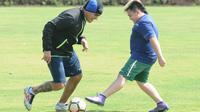Cristian Gonzales menjalani latihan bareng putranya,  Fernando Gonzales di Lapangan Universitas Brawijaya, Malang. (Bola.com/Iwan Setiawan)