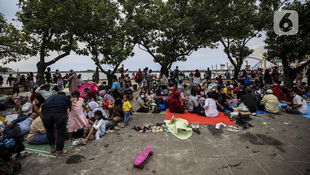 Suasana pengunjung di Pantai Karnaval Ancol, Jakarta, Jumat (14/5/2021). Ancol dibuka khusus bagi warga ber-KTP DKI Jakarta dan membatasi jumlah wisatawan dengan kapasitas 30 persen. (Liputan6.com/Johan Tallo)