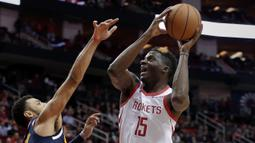 Pebasket Houston Rockets, Clint Capela, berusaha memasukkan bola saat melawan Denver Nuggets pada laga NBA di Toyota Center, Selasa (8/1). Houston Rockets menang 125-113 atas Denver Nuggets. (AP/Michael Wyke)