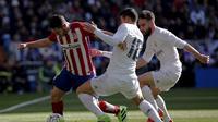 Koke dikepung dua pemain Real Madrid ( REUTERS/Sergio Perez)