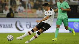 Pemain Valencia, Maxi Gomez, melepaskan tendangan saat melawan Real Madrid pada laga Piala Super Spanyol di Stadion King Abdullah Sport City, Arab Saudi, Rabu (8/1/2020). Real Madrid menang 3-1 atas Valencia. (AP/Amr Nabil)
