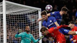 Pemain Chelsea Olivier Giroud (kanan atas) dan Marcos Alonso (tengah) mengahalau bola saat menghadapi Bayern Munchen pada pertandingan babak 16 besar Liga Champions di Stamford Brige Stadium, London, Inggris, Selasa (25/2/2020). Bayern Munchen menang dengan skor 3-0. (AP Photo/Kirsty Wigglesworth)