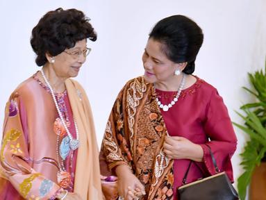 Ibu Negara Iriana Joko Widodo (kanan) menyambut istri PM Malaysia Mahathir Mohamad, Siti Hasmah (kiri) di Istana Bogor, Jawa Barat, Jumat (29/6). Pertemuan kedua Ibu Negara ini berlangsung hangat. (Liputan6.com/Pool/Biro Pers Setpress)