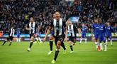 Pemain Newcastle United Isaac Hayden (tengah) merayakan golnya ke gawang Chelsea pada pertandingan Liga Inggris di St James' Park, Newcastle, Inggris, Sabtu (18/1/2020). Newcastle United menang 1-0. (Owen Humphreys/PA via AP)
