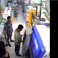 CCTV ini merekam bagaimana pelaku kejahatan melakukan aksinya dengan menukar kartu ATM milik korban.