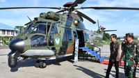 Presiden Jokowi meninjau Helikopter Caracal di Lanud Halim Perdanakusuma, Minggu (12/1/2020). Heli Caracal akan menggantikan sementara Heli Kepresidenan Super Puma yang masuk masa perawatan. (Dok Biro Pers Setpres)