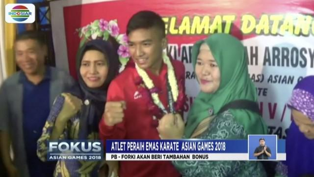Kepulangan Rifki Ardiansyah Arrosyid, atlet karate peraih medali emas Asian Games 2018, disambut gembira dan tangis haru oleh keluarga maupun warga Simo Rukun, Surabaya.