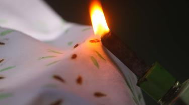 Berbeda dari batik biasa, batik buatan Lugi menggunakan media api. (Liputan6.com/Dhita Koesno)