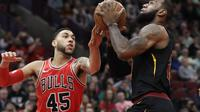Guard Chicago Bulls, Denzel Valentine mencoba menghalau pergerakan bintang Cleveland Cavaliers, LeBron James. (AP Photo/Nam Y. Huh)