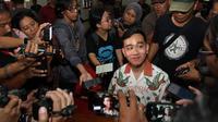 Putra sulung Presiden Jokowi, Gibran Rakabuming Raka saat mengurus KTA PDIP di Kantor DPC PDIP Solo.(Liputan6.com/Fajar Abrori)