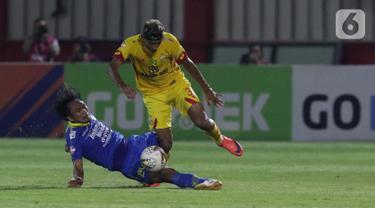 Pemain tengah Bhayangkara FC, Bruno Matos (kanan) berebut bola dengan gelandang Persib, Hariono pada lanjutan Shopee Liga 1 Indonesia di Stadion PTIK, Jakarta, Rabu (23/10/2019). Laga kedua tim berakhir imbang 0-0. (Liputan6.com/Helmi Fithriansyah)