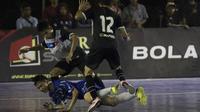 Pemain Al-Falah dijatuhkan pemain Kerambah FC pada laga Grand Final Futsal Battle di Mall Taman Anggrek, Jakarta, Minggu (14/10). Kerambah FC juara melalui adu penalti. (Bola.com/Vitalis Yogi Trisna)