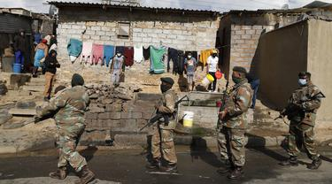 Tentara berpatroli mengamankan situasi pascakerusuhan massa di Afrika Selatan