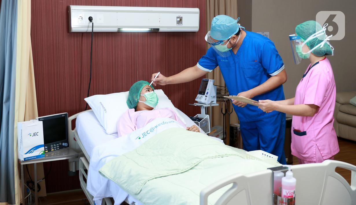 Dokter memeriksa mata pasien di JEC Eye Hospitals and Clinics, Kedoya, Jakarta, Kamis (17/09/2020). Betepatan dengan Hari Keselamatan Pasien Sedunia JEC Kedoya terakreditasi dari Joint Commission International pada 2014, 2017 dan 2020 terapkan protokol kesehatan di rumah sakit. (Liputan6.com/Pool)