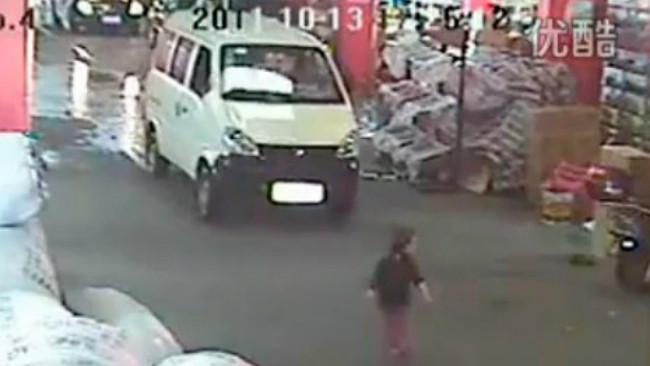 Rekaman CCTV ketika sebuah mobil menabrak anak balita berusia 2 tahun di China pada 2011. (Sumber The New Yoker)