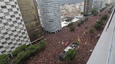 Suporter Flamengo memenuhi jalanan merayakan timnya meraih Juara Copa Libertadores di Rio de Janeiro, Brasil (24/11/2019). Flamengo berhasil mengalahkan klub dari Argentina, River Plate 2-1 pada babak Final Copa Libertadores di Lima. (AP Photo/Silvia Izquierdo)