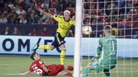 Aksi pemain Arsenal, Mesut Ozil (baju kuning) saat melawan Bayern Munchen dalam ajang turnamen pramusim, International Champions Cup 2019. (AP Photo/Marcio Jose Sanchez)